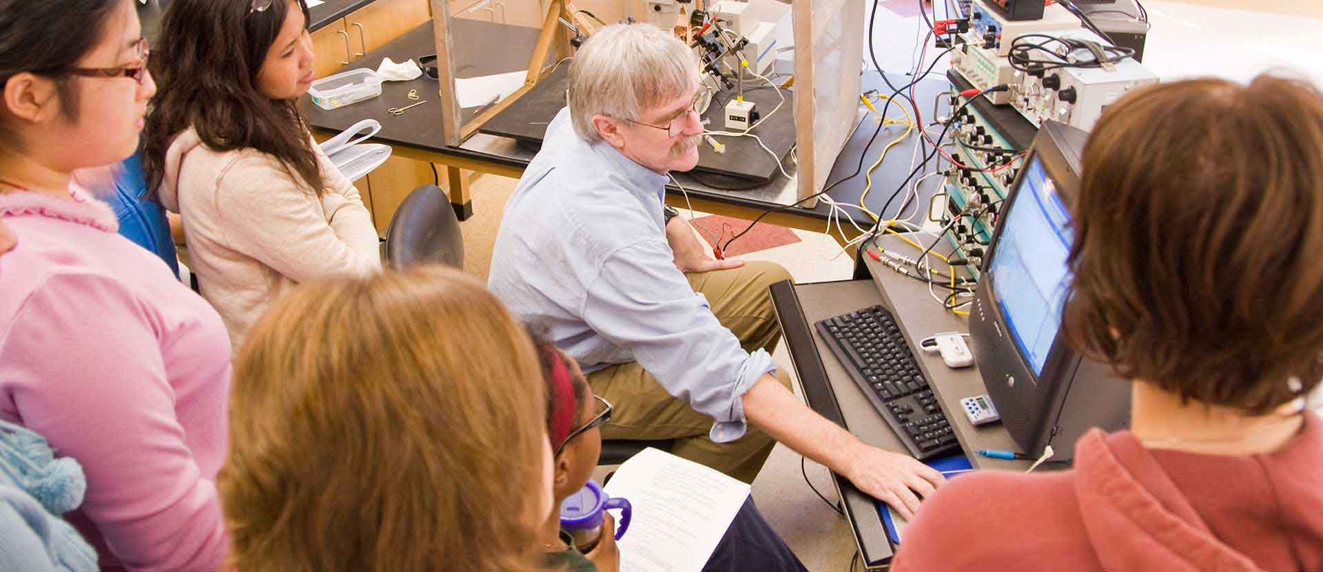 Neuroscience professor leads classroom through experiment in the lab